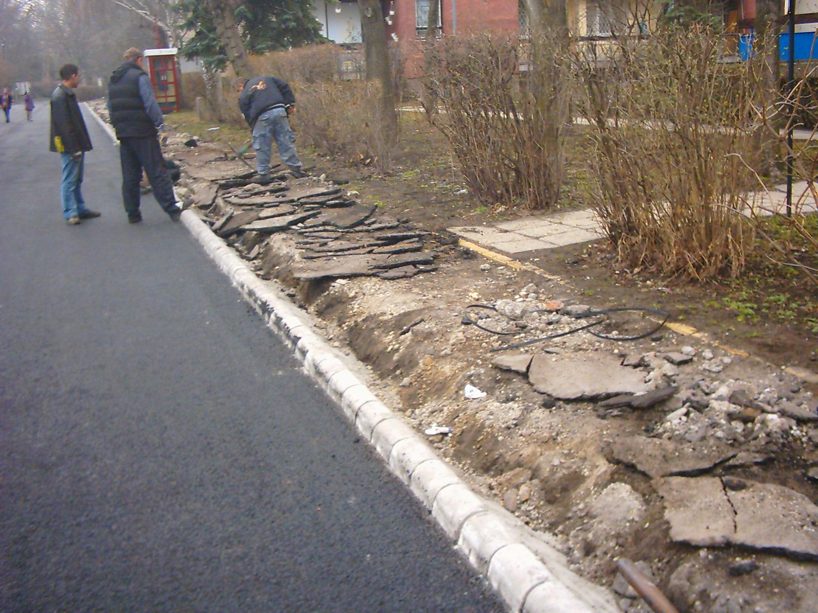 Nyír-Épker aszfaltbontási munkálatok járda mellett